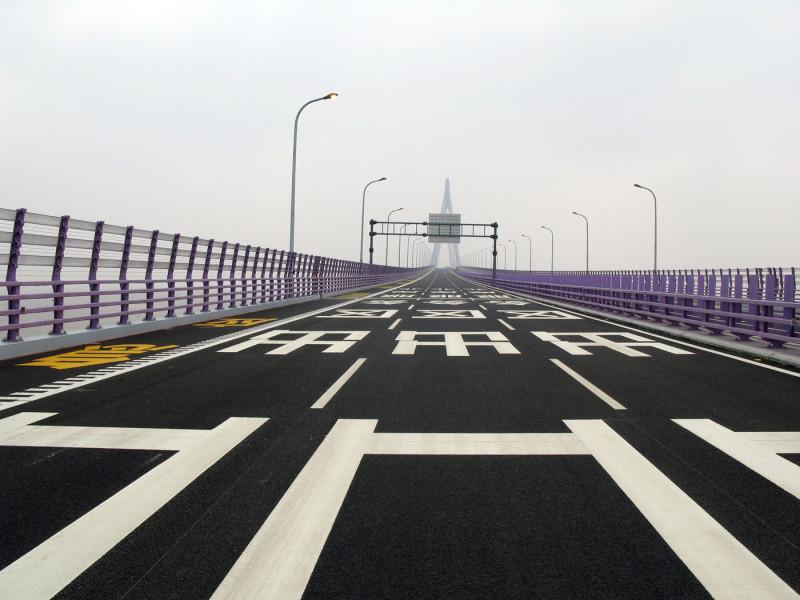 Rainer Ganahl Crossing the Hangzhou Bay Bridge